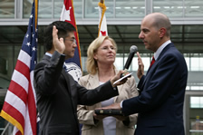 David_Kappos_being_sworn_as_USPTO_Director_%282009-08-13%29